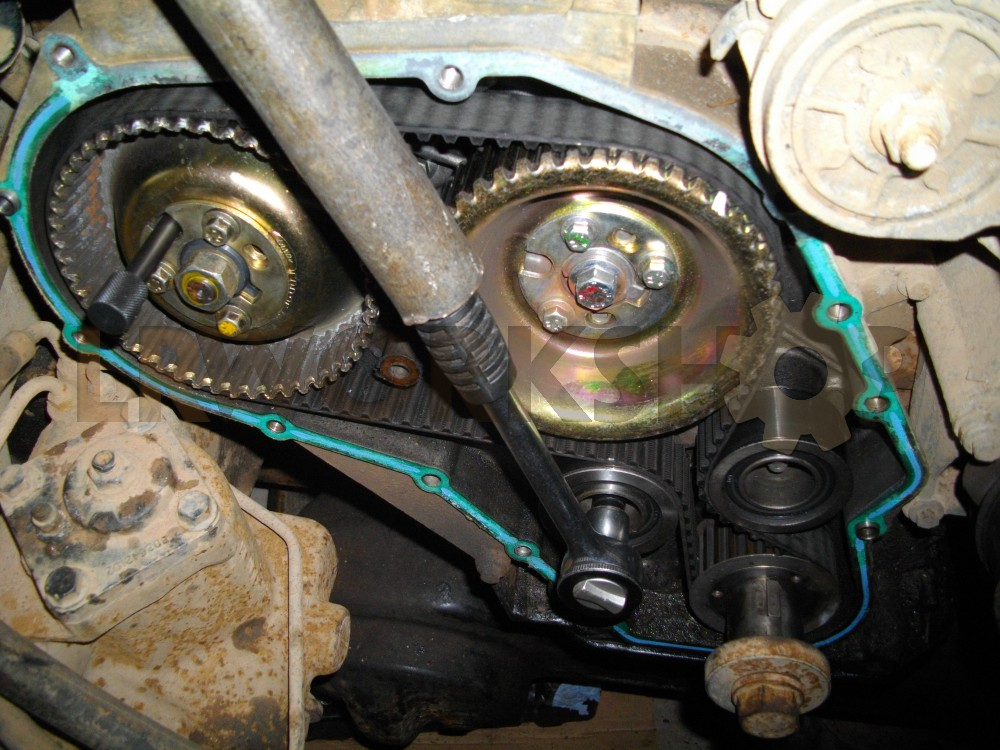 Replacing a 300Tdi timing belt - Find Land Rover parts at LR
